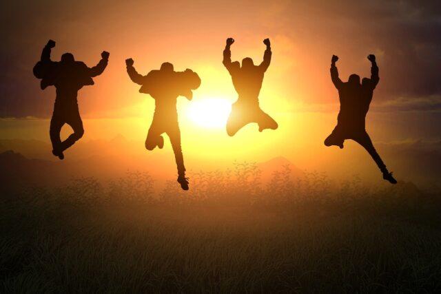 楽しそうに飛び跳ねる20代の若者