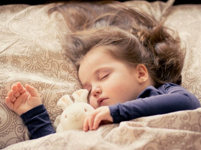静かによく眠る女の子の赤ちゃん