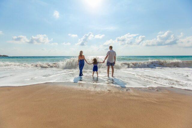 砂浜で遊ぶ元気な親子