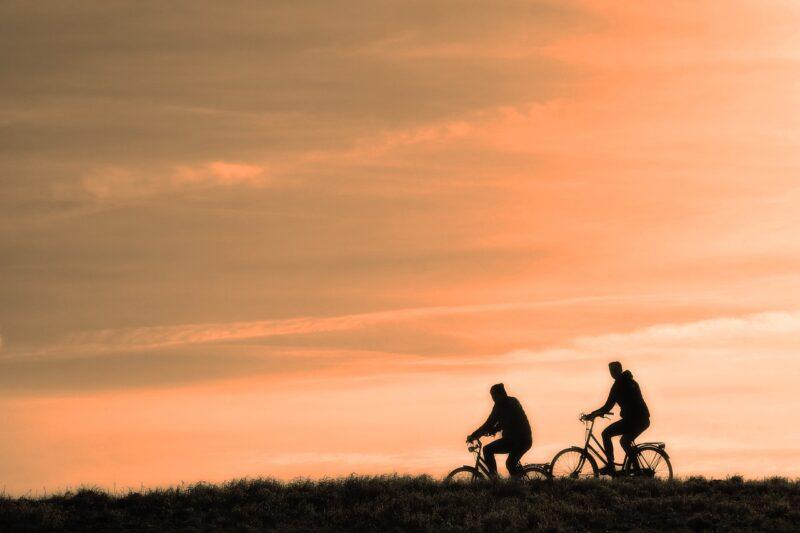 自転車に乗る若者