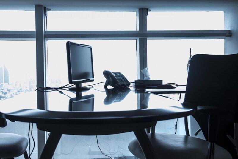 会社のオフィスの机