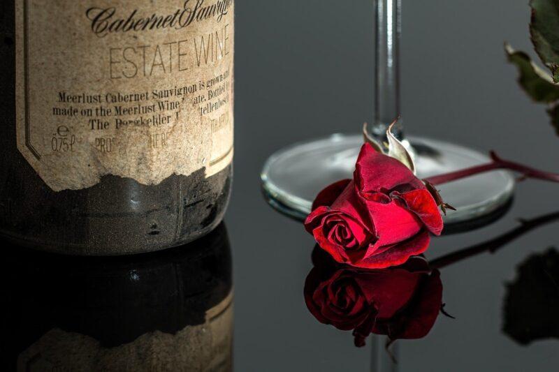 薔薇の花とワイン