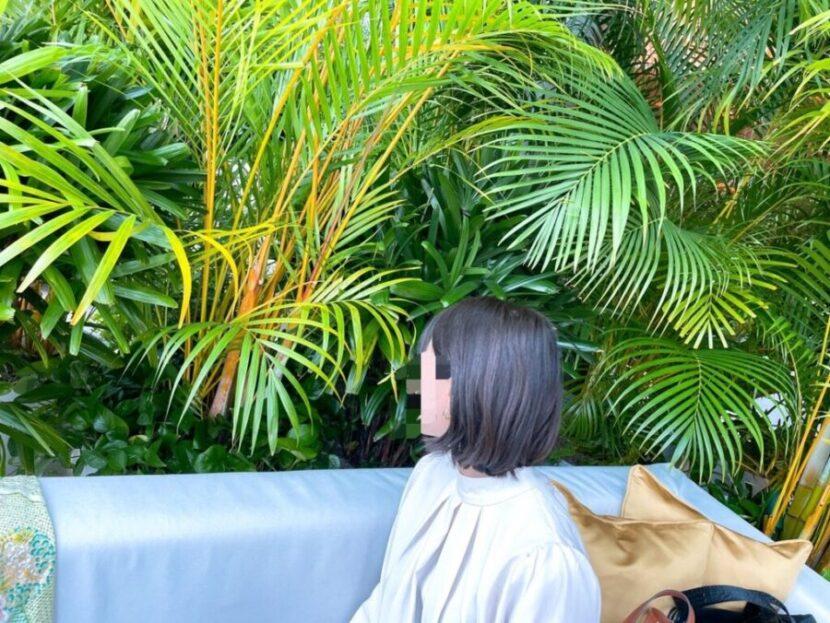 東京エディション虎ノ門のアフタヌーンティーを楽しむ女性