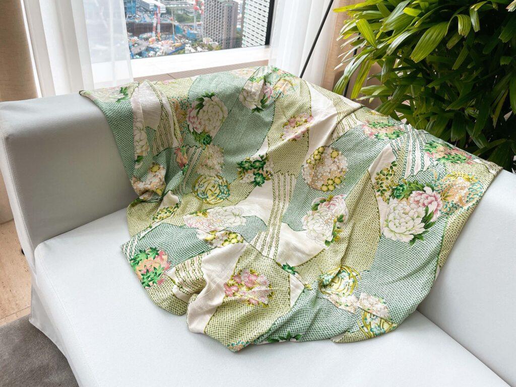 アフタヌーンティーのソファにかかっている飾り布
