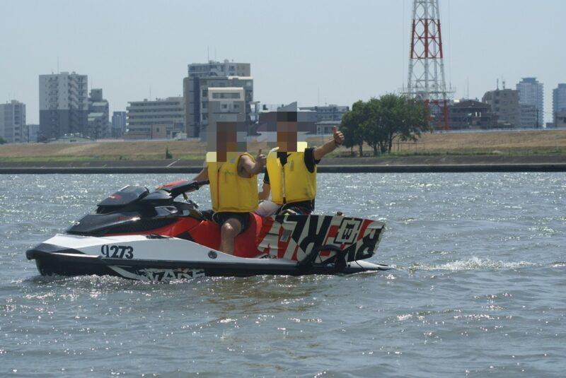 水上バイクにのる男性